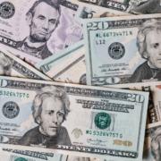 Waehrungsabwertung-Geldscheine-werden-weniger-Wert